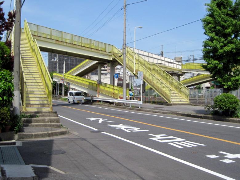 千葉県道261号と常磐線を一度に越えられる歩道橋