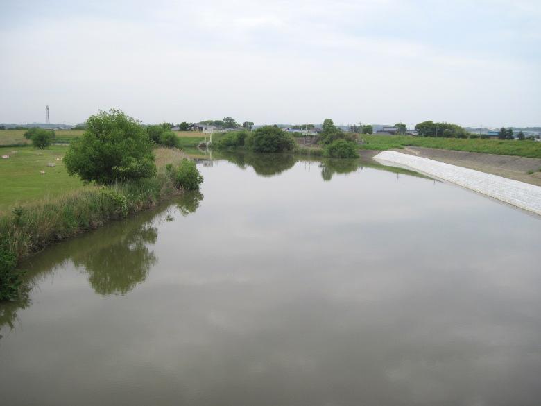 鏡のような小貝川の川面