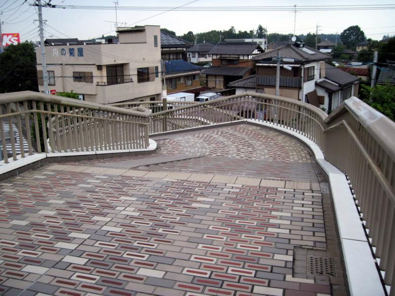 芸術的な歩道橋の階段