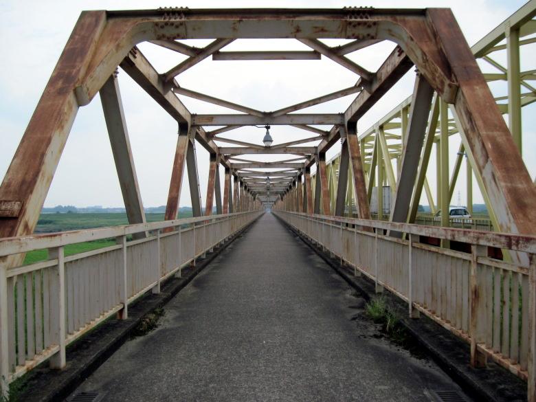 シンメトリに撮影できた芽吹大橋の歩道部分