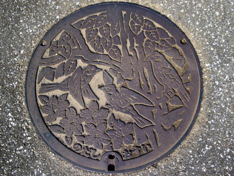 けやき つつじ ヒバリの描かれた野田市のマンホール