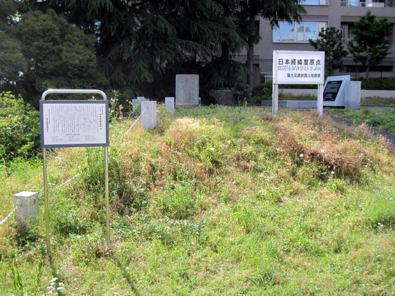 雑草の中にある日本経緯度原点