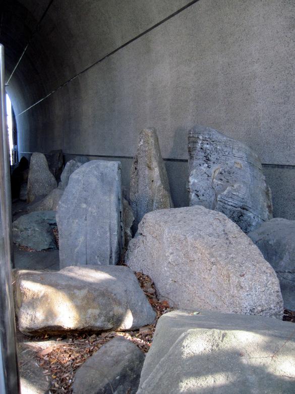 聖橋に保管されている石