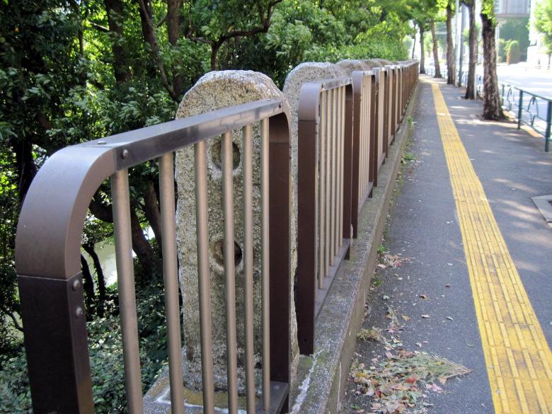 保管されている石の用途を示唆していそうな外堀通り沿いの歩道の柵