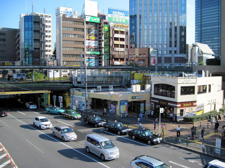 駅前の歩道橋から見た飯田橋駅