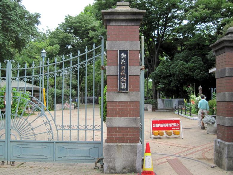 蚕糸試験場当時から残る蚕糸の森公園の正門