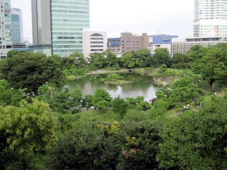旧芝離宮恩賜庭園を一望できるスポットからの光景