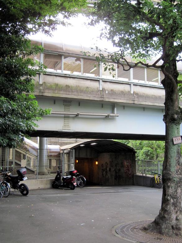 浜松町駅構内跨線人道橋の下を通るレトロなトンネル