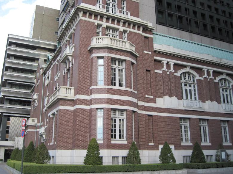 モダンな外観の東京銀行協会ビル
