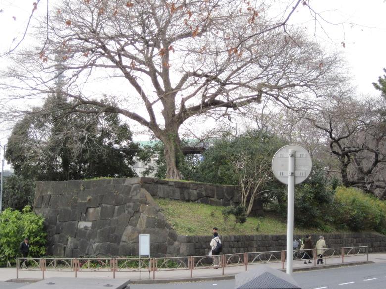 往時の石垣が残る四谷見附跡