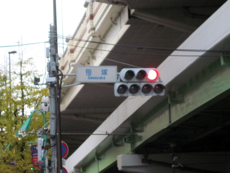 補助信号が4つもある笹塚の交差点
