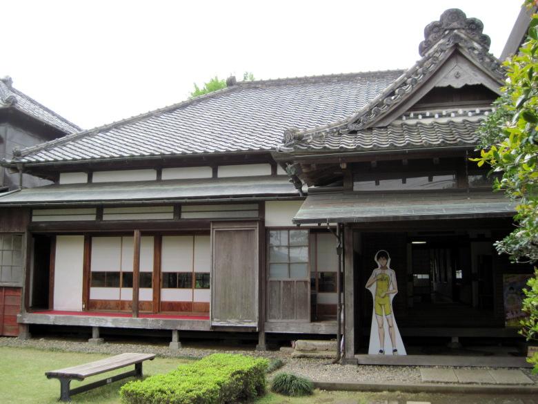 謎の少年の看板が立つ佐倉順天堂記念館