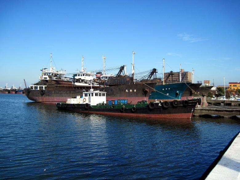 砂利を採取するガット船