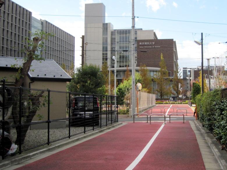 自転車道になっているイトーヨーカドーから東京理科大学に至る専用線の跡地