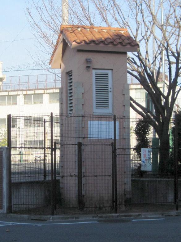 中野区立第二中学校の校庭の角の不思議な建物