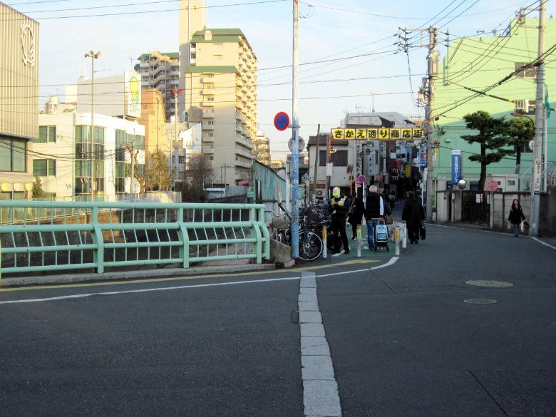 神田川とさかえ通り商店街