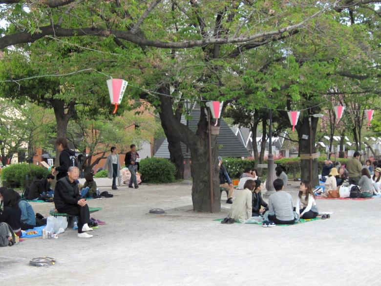 隅田公園で葉桜を楽しむ人々
