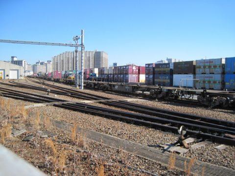 多数のコンテナが積まれた貨物駅