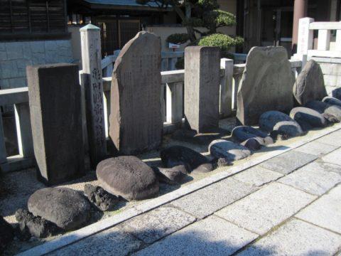 都鳥歌碑(右から3番目)