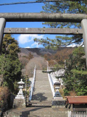 与瀬神社を参拝するための階段