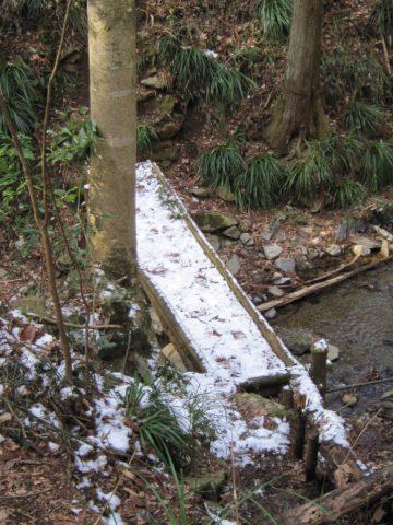残雪の小橋