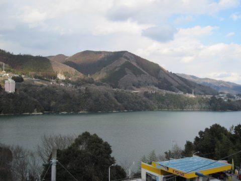 相模湖の西端からの眺め