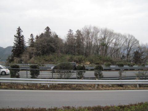 中央自動車道によって寸断された長峰砦跡
