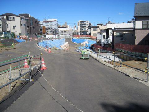 長く続く環状四号線の建設現場