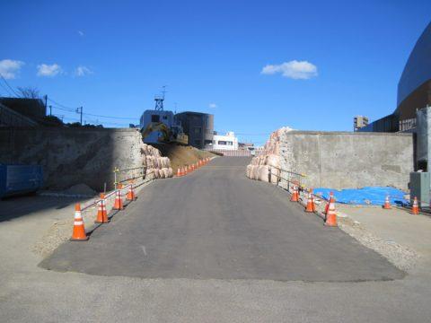 建設中の道が接続する予定の交差点から北に向かって見た写真
