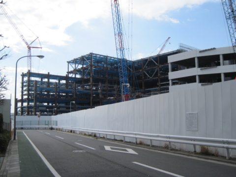 建築中の巨大建物