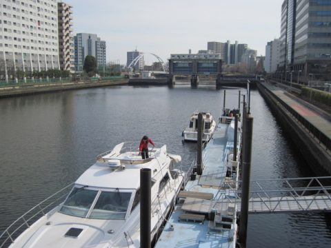 新東海橋から見た目黒川水門
