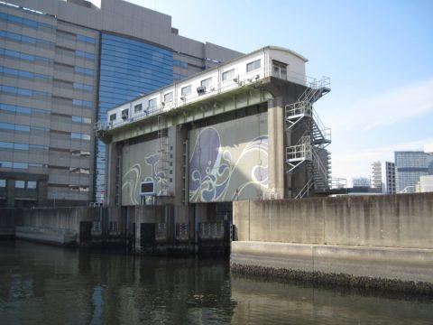 鯨が描かれている目黒川水門
