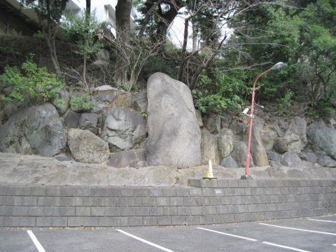 崖にある巨石