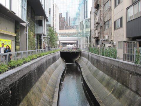 両岸から滝のような散水がある渋谷川