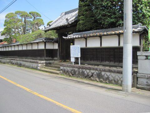 稲富宿本陣の門と塀