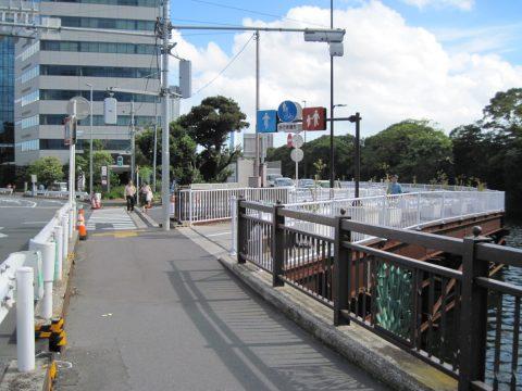築地大橋に至る歩道