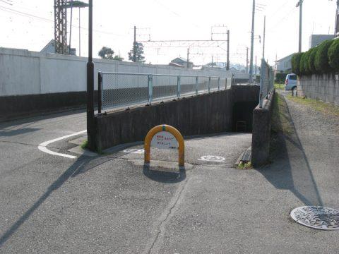 東海道本線をくぐる地下道