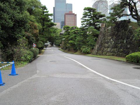 桔梗門へ続く制限時速25キロの道