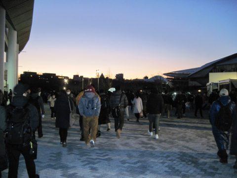 夕焼けの中を千駄ヶ谷駅に向かう人々