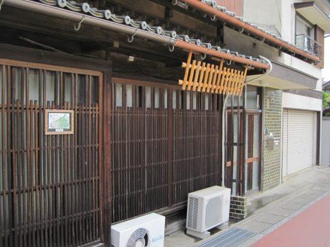 窓の上の木製品(亀山、2014/05/27)