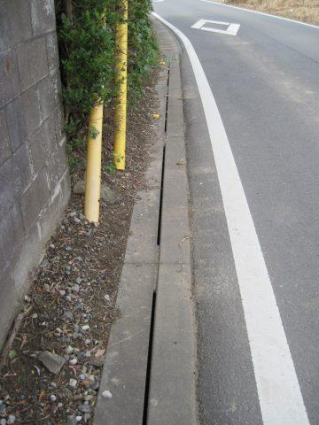 道路の進行方向に溝が切ってある側溝の蓋