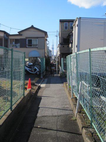 家と家の間の道の先に東京スカイツリーが見える場所