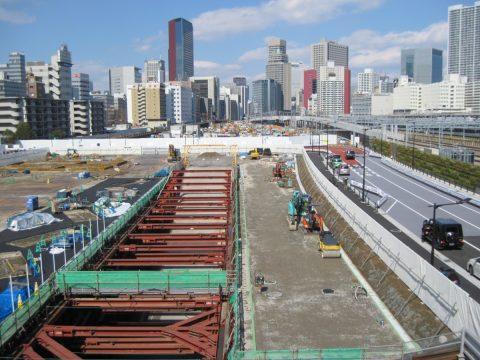大規模工事中の駅の北西側