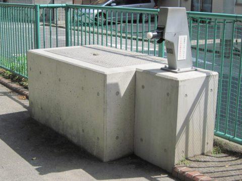 マンホールトイレの手押しポンプと水槽