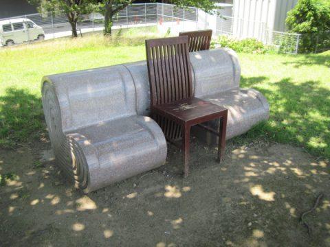 石の椅子と木の椅子のコラボレーション