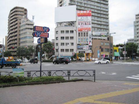 国道20号線(四谷四丁目交差点)