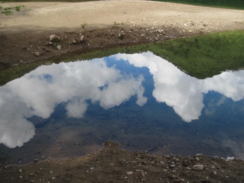 刈込湖に映った空