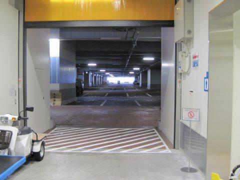 物販店舗エリアの階の駐車場